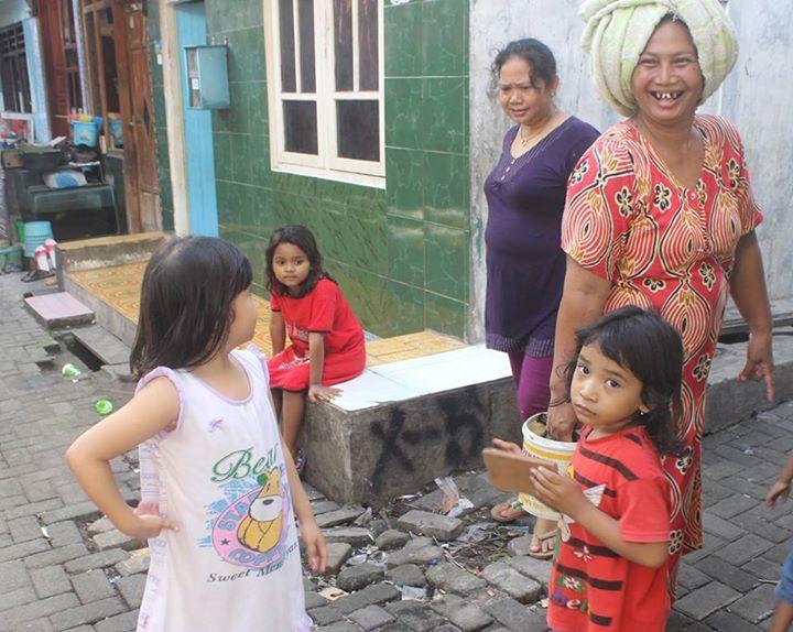warga biasa menggunakan bok di emperen rumah mereka untuk tempat nongkrong, termasuk anak anak kecil