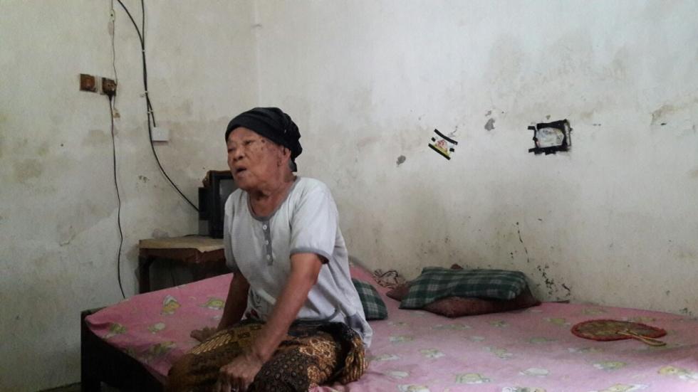 Mbah Ngatipah : tukang pijat anak-anak dari krapyak